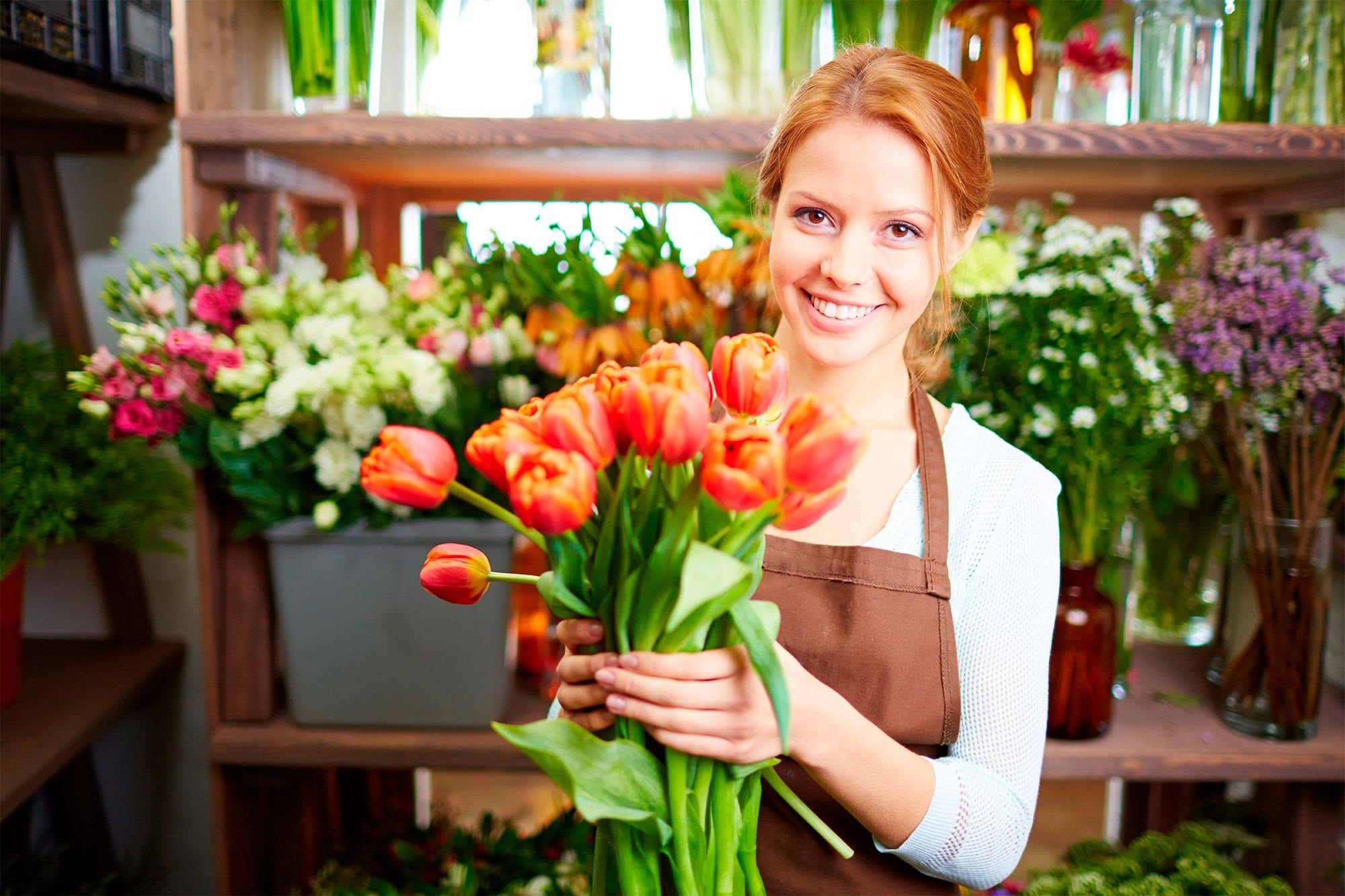 ETRON onRetail im Blumenhandel - Blumenhändlerin mit Strauß Rosen