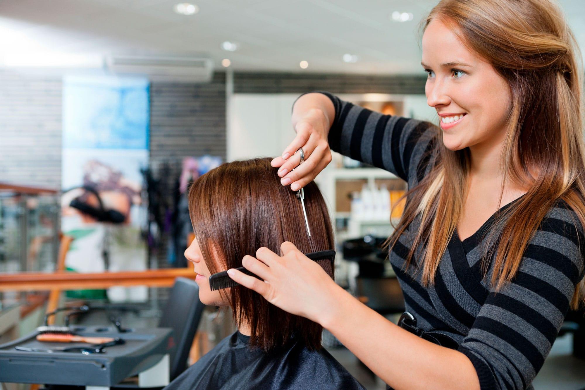 ETRON onRetail für Dienstleister - Friseur bei der Arbeit