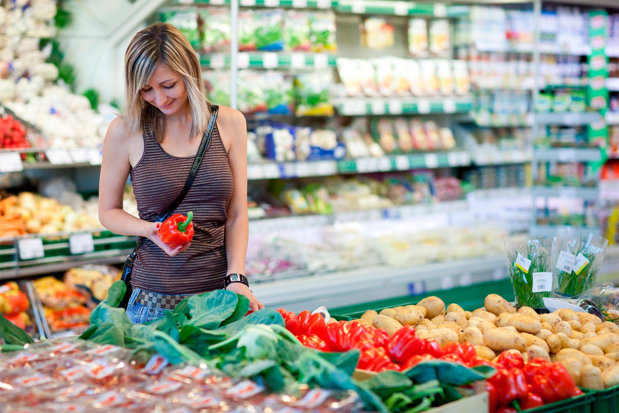 ETRON onRetail im Lebensmittelhandel - Frau im Supermarkt