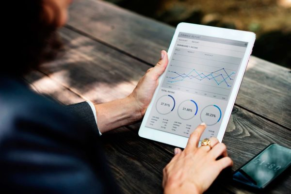 ETRON onRetail - Unternehmenskennzahlen und Statistiken auf einem Tablet